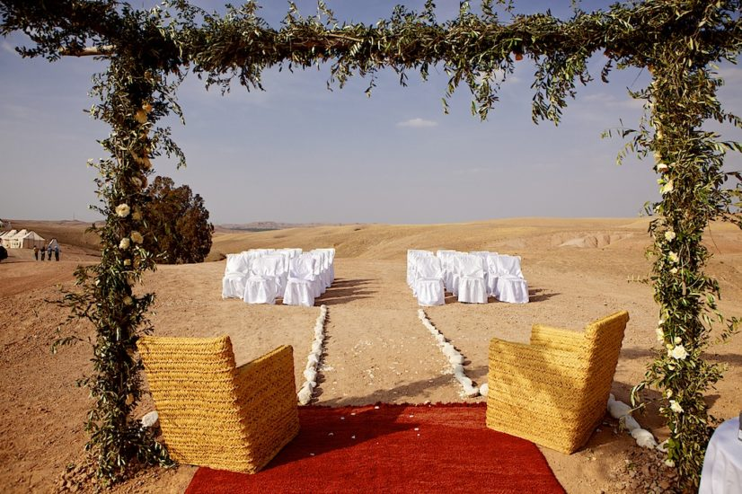 wedding in Marrakech ceremony desert La Pause ©lasdecoeur