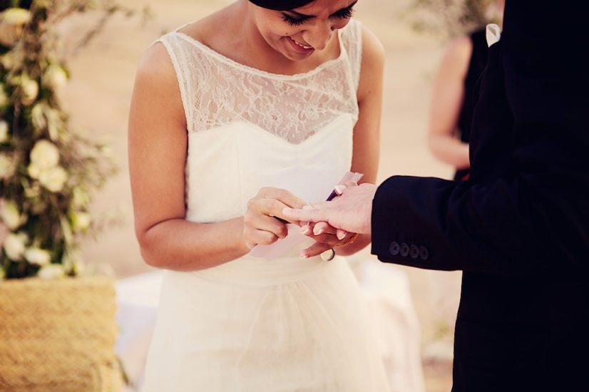 wedding in Marrakech La Pause ceremony ring ©lasdecoeur