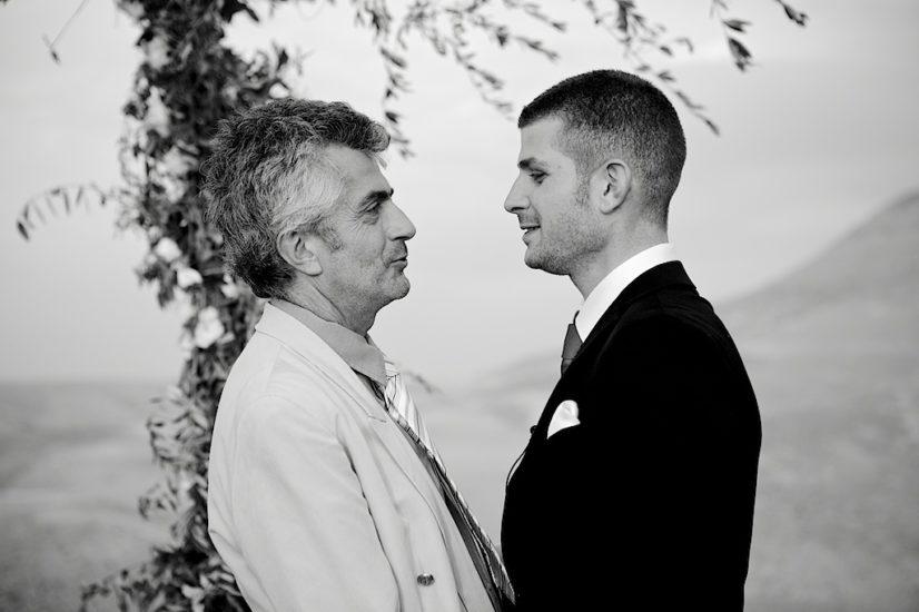 wedding in Marrakech La Pause ceremony kisses ©lasdecoeur