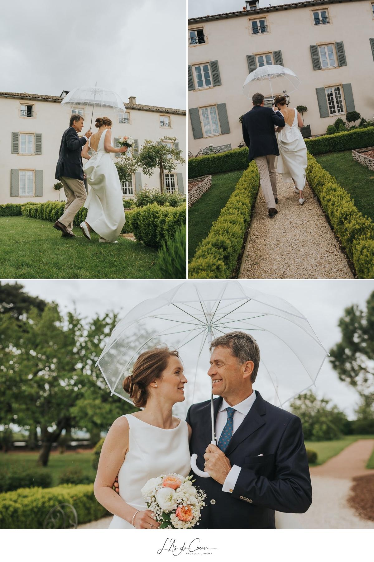 photos sous la pluie mariée et son père, Domaine de Morgon la javenrière photographe mariage lyon Beaujolais L'As de Coeur