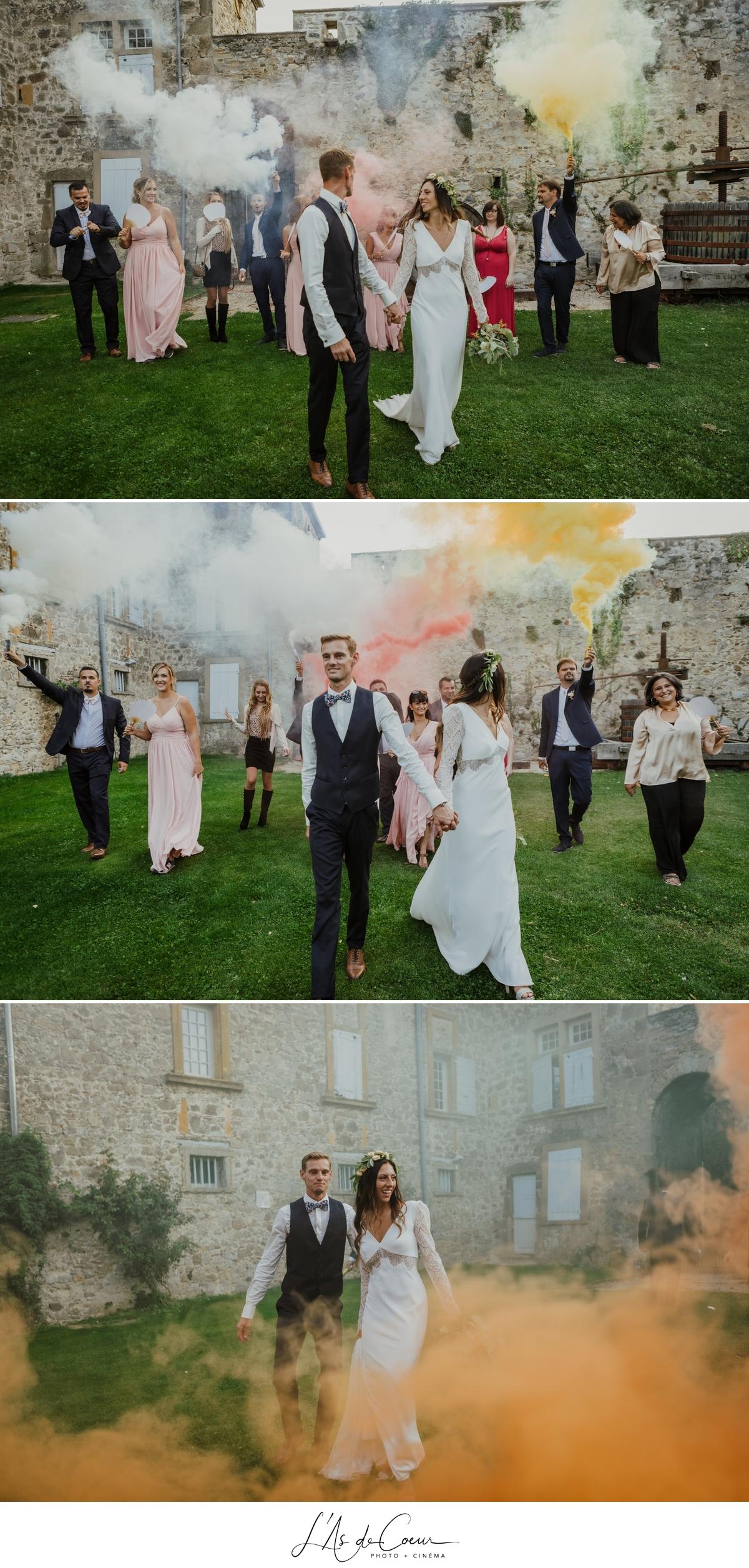 photo Mariage fumigènes colorés smoke bomb château de la Gallée photographe Mariage Lyon ©lasdecoeur